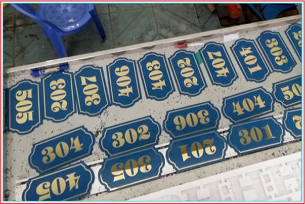 bảng số phòng inox vàng gương